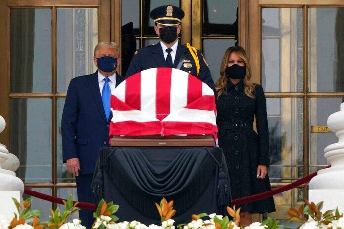 El presidente Donald Trump y la primera dama Melania Trump rindieron sus respetos hoy a la fallecida jueza Ruth Bader Ginsburg en el Tribunal Supremo de los Estados Unidos.