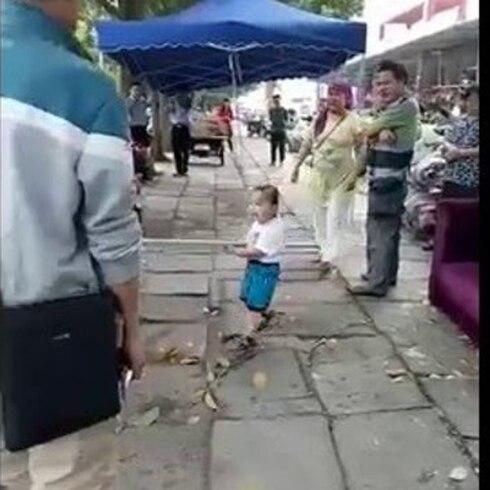 El infante que defendió a su abuela con un tubo