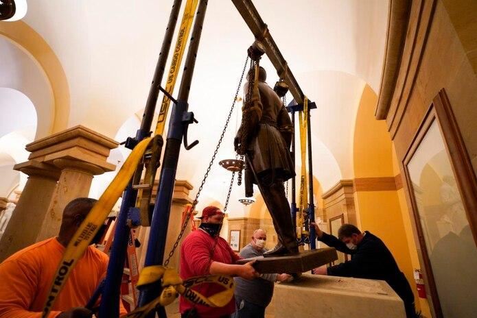 La efigie de Lee, que representó al estado de Virginia como parte de la Colección Nacional de Estatuas del Capitolio durante 111 años,  fue una de las retiradas.