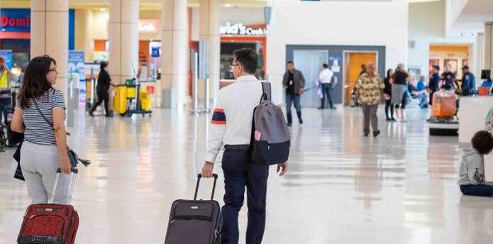 Varios pasajeros llegaron ayer hasta el aeropuerto Luis Muñoz Marín para conocer detalles de sus vuelos. (Especial para GFR Media / Ricky Reyes Vázquez)