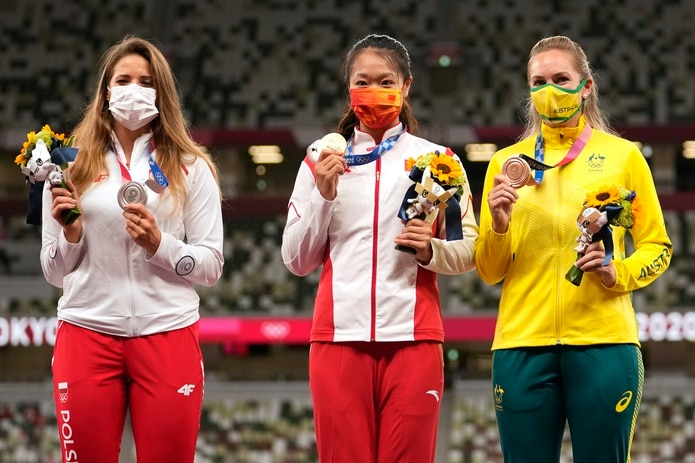 María Andrejczyk, a la izquierda, muestra su medalla de plata junto a la ganadora de oro, Shiying Liu, de China, y la de bronce, Kelsey-Lee Barber, de Australia.