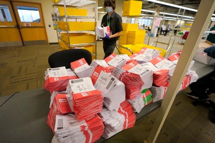 Cien millones de electores estadounidenses votaron por adelantado y de esos quedan cientos de miles de papeletas por contabilizarse o aun están en tránsito.