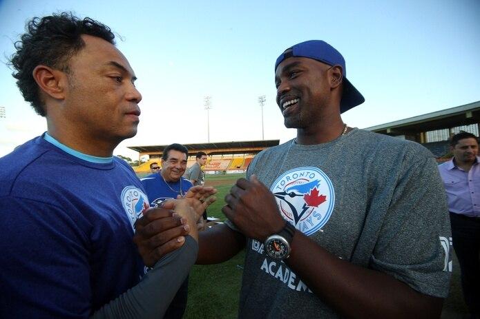 Roberto Alomar y Carlos Delgado durante unas clínicas de béisbol para jóvenes en 2013.