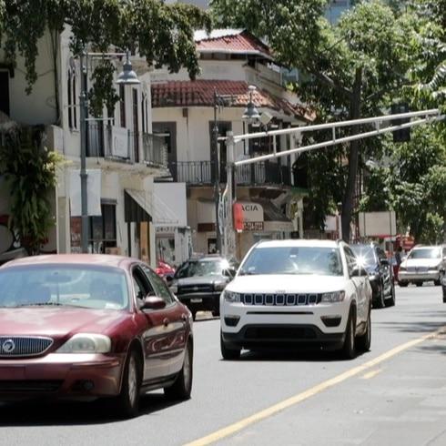 Cientos de carros en la calle pese a la cuarentena