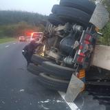 Investigan accidente con camiones volcados en Cayey