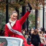 Catriona Gray dice adiós a Miss Universe con un desfile navideño