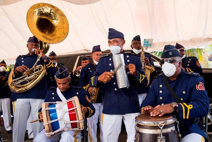 Miembros de la banda de música del Cuerpo de Bomberos interpretan algunos de los temas populares del fallecido merenguero Johnny Ventura, durante la ceremonia de homenaje realizada en la Alcaldía del Distrito Nacional hoy, en Santo Domingo (República Dominicana). EFE/ Orlando Barría