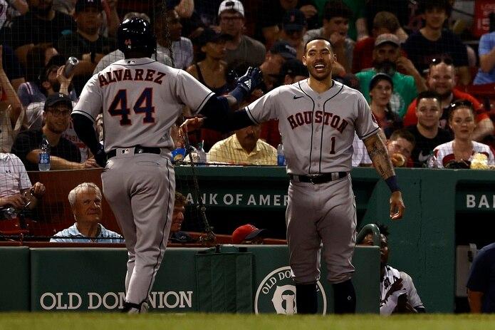 Carlos Correa, a la derecha, es el líder de los Astros de Houston.