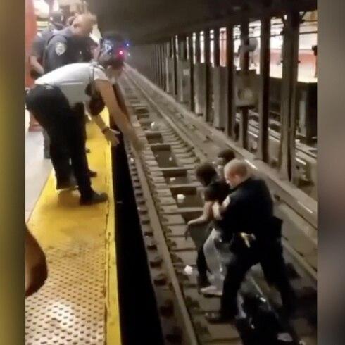 Extraordinario rescate: sacan a hombrede las vías del tren en Nueva York