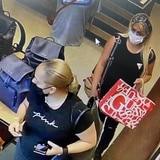 Buscan sospechosas de apropirase de carteras Coach