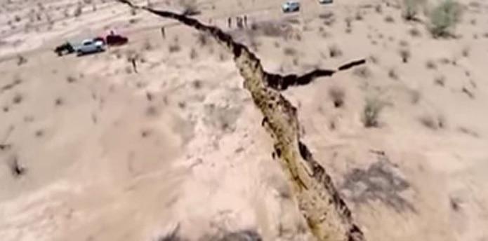 La gigantesca grieta, que se extiende por casi dos tercios de una milla, mide cerca de 30 metros de profundidad. (Youtube)