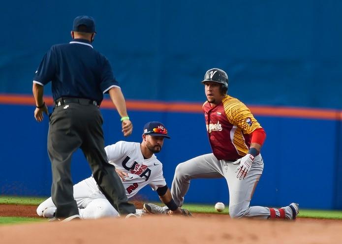 El venezolano Hernán Pérez, a la derecha, es quieto en segunda base luego de que el estadounidense Eddy Álvarez no retuviera la pelota en medio del encuentro del sábado.