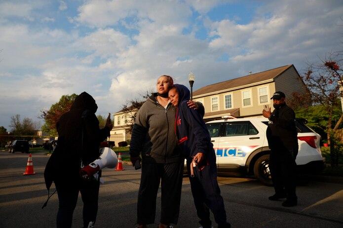 Hazel Washington es abrazada después de dirigirse a una multitud con su enojo contra la Policía de Columbus por el tiroteo de su sobrina Ma'Khia Bryant.