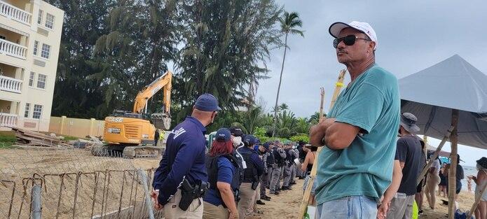 El ambiente en la playa estuvo caracterizado por cánticos, diálogo y cacerolazos que marcaban el suspenso pues cada vez llegaban más manifestantes que permanecieron en pie, a pesar de la lluvia y otros instantes de intenso calor.