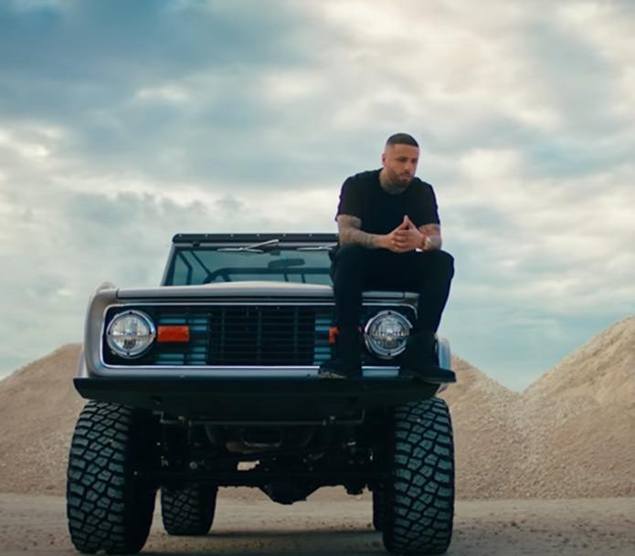 La pieza visual muestra al artista en un desierto.