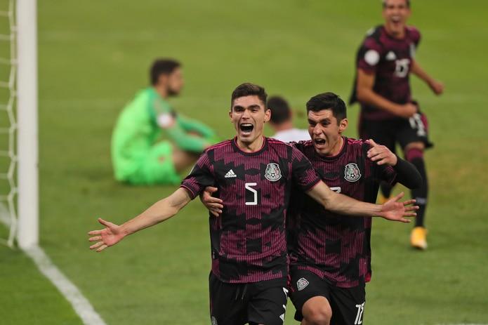 Johan Vásquez celebra después de anotar el segundo gol del equipo de México en su partido ante Canadá en la semifinal del torneo preolímpico de fútbol de la Concacaf.