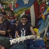 Oscar López Rivera es aplaudido y abucheado en desfile boricua