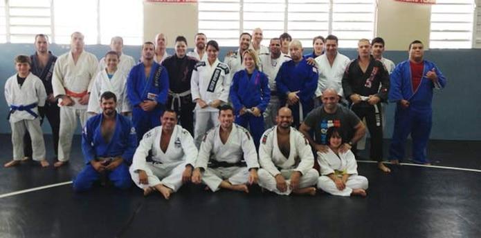Marcos Torregrosa, campeón mundial master de Jiu Jitsu  (sentado, en el centro) junto con participantes de su seminario celebrado este fin de semana en el Club de Lucha Sparta de San Juan. (Suministrada)