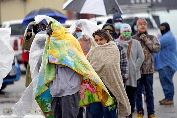 Numerosas personas hacían fila para llenar sus tanques de gas propano en medio del intenso frío que atraviesa Texas.