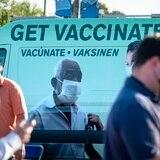 Florida inicia vacunación a mayores de 40 mientras suben variantes de COVID