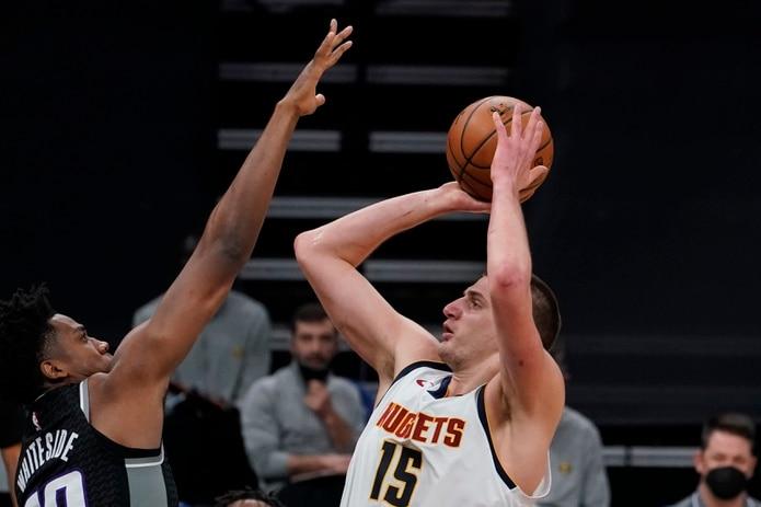 Nikola Jokic, centro de los Nuggets, tira al canasto frente a Hassan Whiteside, de Sacramento.