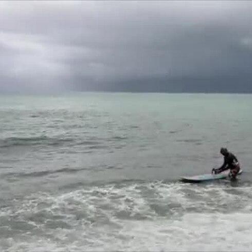 Estos surfers se tiraron al agua pese al peligro de la tormenta Karen