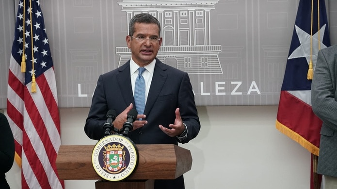 El gobernador Pedro Pierluisi mientras anuncia los cambios a la orden ejecutiva que busca frenar los contagios del COVID-19.
