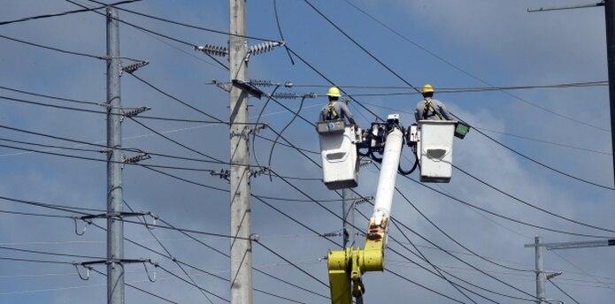 La Autoridad de Energía Eléctrica (AEE), aquí trabajando en Manatí, logró el restablecimiento del servicio en una zona crítica del pueblo de Camuy. (andre.kang@gfrmedia.com)