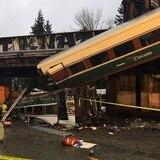 Tren cae de un puente en Estados Unidos