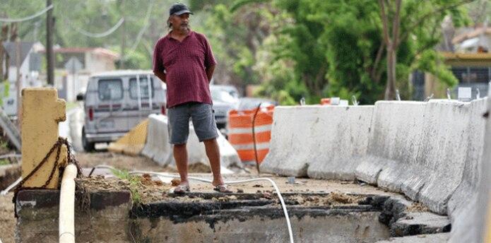 Cerca de 130 familias de Antigua tienen que aguantar la furia que les provoca ver cómo una cuestionable obra de construcción debilitó el puente de la PR-752. (JUAN.MARTINEZ@GFRMEDIA.COM)