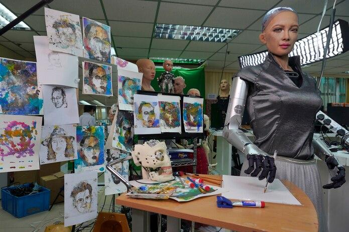 Obras de Sofía son vistas en el estudio de Hanson Robotics en Hong Kong.