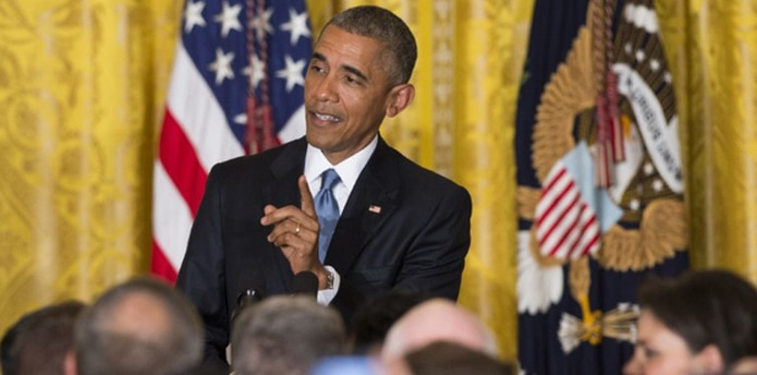 Cuando el agitador siguió hablando al mismo tiempo, Obama elevó el tono. (AFP)