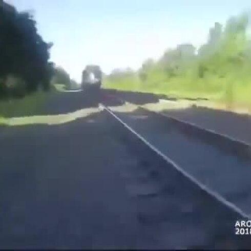 Policía corre para salvar a hombre a punto de ser arrollado por un tren