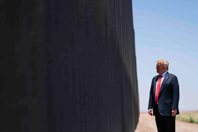Donald Trump en un tramo del muro fronterizo en Arizona. (AP)