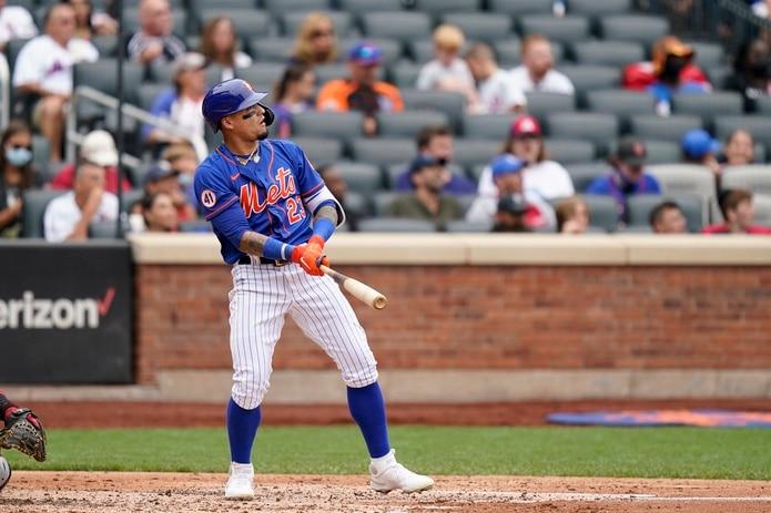 Javier Báez, de los Mets, observa el curso de la pelota en el jonrón de dos carreras que pegó en la cuarta entrada el domingo.