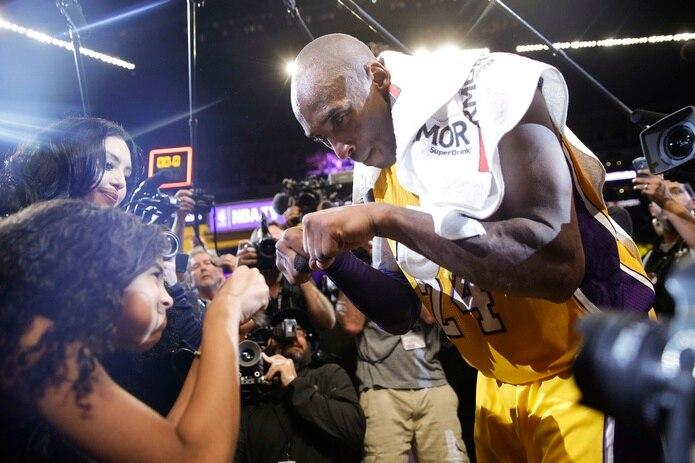 En 2016, Bryant choca puños con su hija Gianna luego de su último juego en la NBA.
