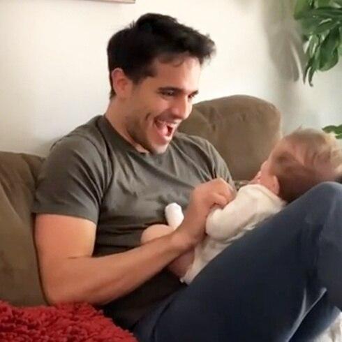 Éktor Rivera es pura ternura con su bebé