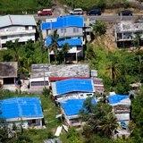 Gobierno se compromete en arreglar techos con toldos azules a familias que no han recibido ayuda