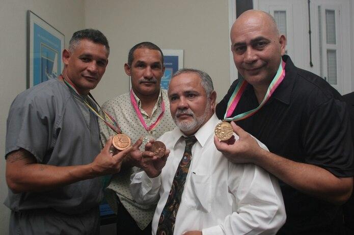Orlando Maldonado, tercero de izquierda a derecha en una actividad conmemorativa hace unos años, junto a otros boxeadores boricuas medallistas olímpicos: Aníbal Acevedo (primero a la izquierda), Luis Francisco Ortiz (segundo), y Arístides González (derecha).