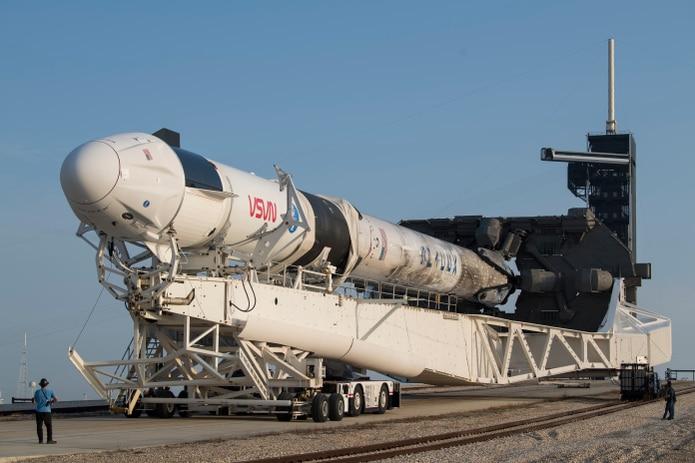 Vista del cohete Falcon 9 de SpaceX en el Centro Espacial Kennedy, en Cabo Cañaveral, Florida.