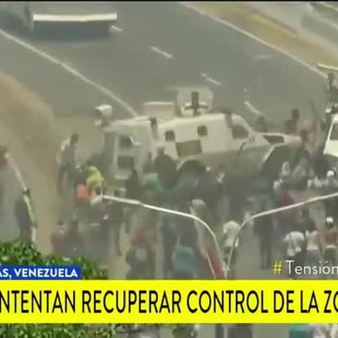 Tanques militares les pasan por encima a manifestantes venezolanos