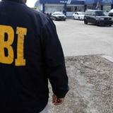 Le roban dinero, prendas y hasta camisas con el logo del FBI en Hato Rey