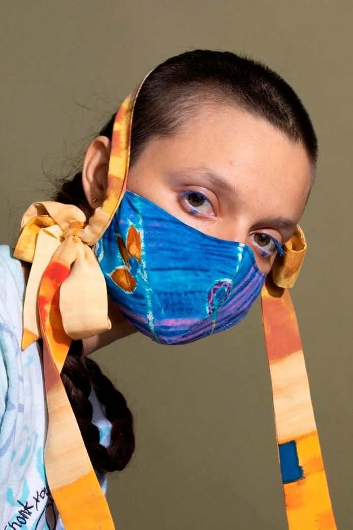 """La autoridad de prevención de enfermedades de EE.UU. recomendó en abril llevar un """"cobertor de cara"""" de tela en público cuando """"sea difícil mantener las medidas de distancia social""""."""