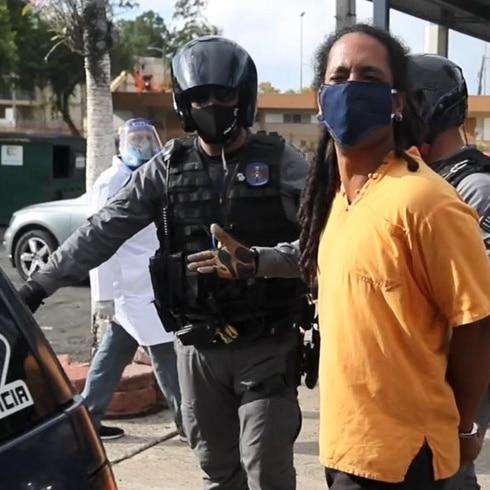Activista grita mensaje tras su arresto