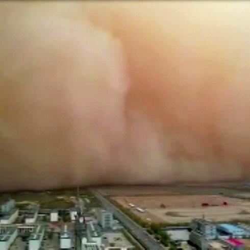 Enorme nube de arena impacta a China