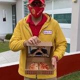 Maestro sorprende a sus exalumnos disfrazado de repartidor de pizzas