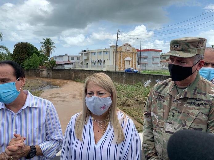 Gobernadora Wanda Vázquez visita la zona de Mayagüez tras el paso de la tormenta Isaías.