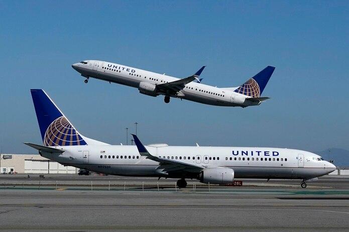 Fotografía de archivo del 15 de octubre de 2020 de un avión de United Airlines despegando mientras otro de la misma aerolínea está en la pista del aeropuerto internacional de San Francisco.