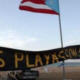 Policías y empleados de Carolina desmantelan campamento en playa de Isla Verde
