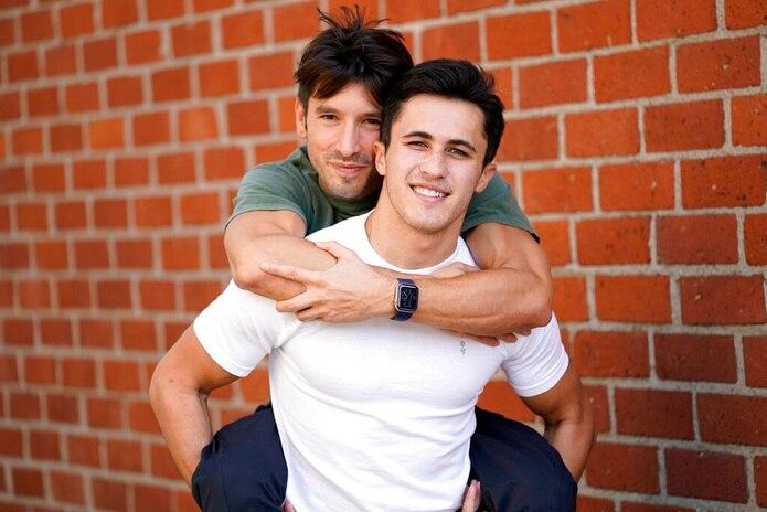Ian Paget, izquierda; y Chris Olsen posan para una foto en West Hollywood, California.